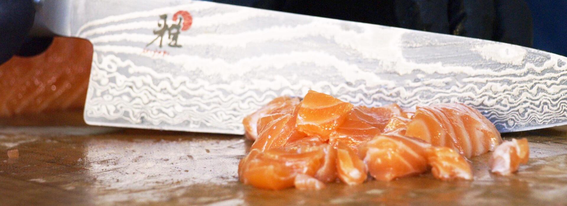 cortando salmón fresco en thefreshpoke